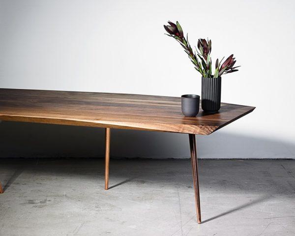 Designer sofabord i træ med kobber ben