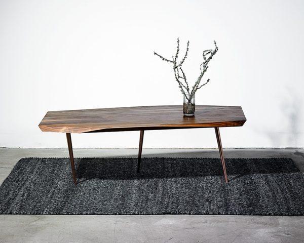 Sofabord i træ med kobberben