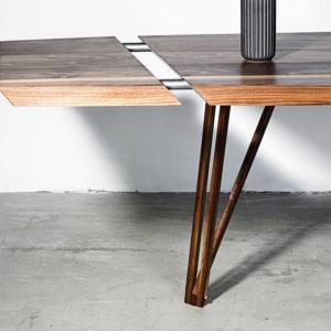 Noyer spisebord med tillægsplade i træ