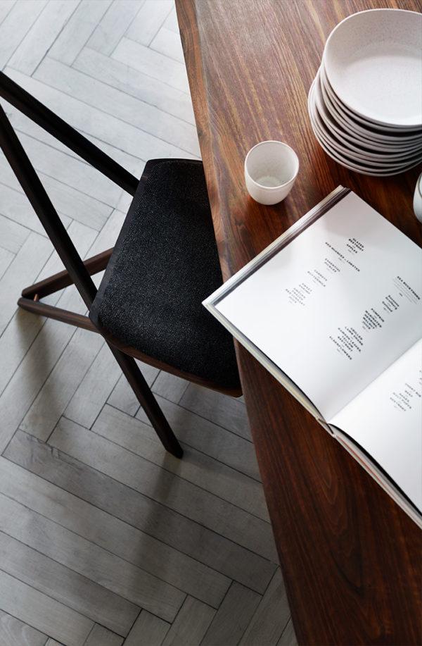 Spisebord i valnød set oppefra
