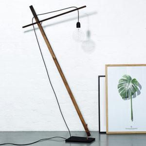 Gulvlampe i træ fra danske Noyer