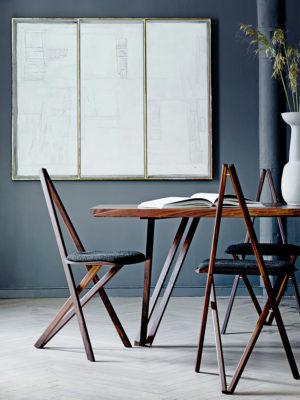 Spisebordsstol i valnød med mørkegrå hallingdal polstring